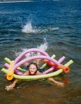 Behindertes Kind mit Schwimmhilfe in der Wolga